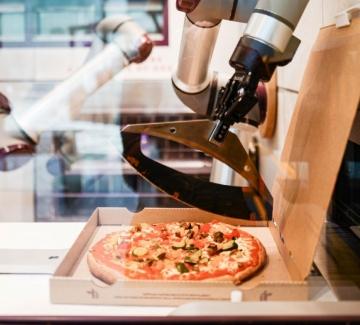 Междувременно в Париж: Робот приготвя пица