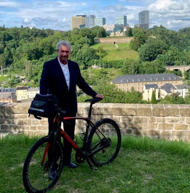 72-годишният външен министър на Люксембург тръгва на колоездачна обиколка на Франция