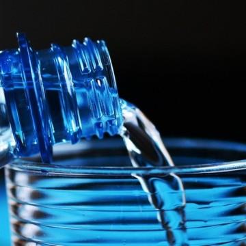 Бутилираната вода e по-скъпа, но и по-вредна