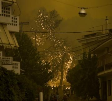 Огнен ад в Гърция - евакуират населението, горят цели къщи