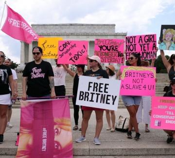 Победа за Бритни: Баща й доброволно се оттегля като попечител