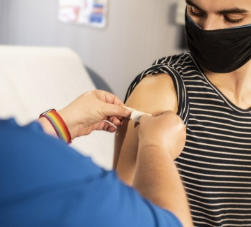 Кои държави ваксинират деца над 12 години и как се справят дотук?