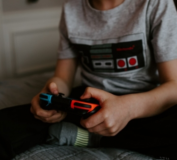 Китай съкращава онлайн игрите за деца до един час