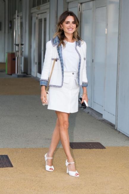 Урок по стил от Пенелопе Крус: бял тишърт с костюм Chanel