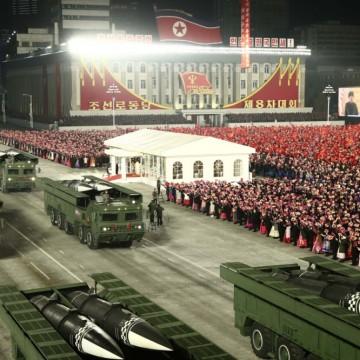 Нощен военен парад в Северна Корея с пушки и защитно облекло