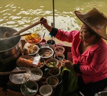 Ресторант в Тайланд се превърна в атракция след наводненията