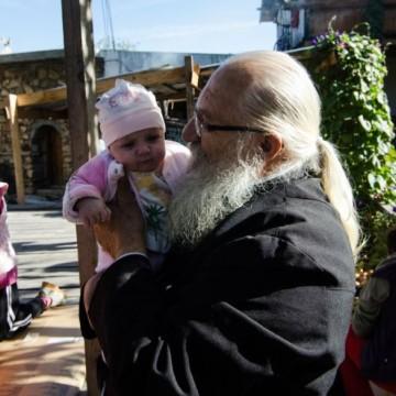 Отец Иван има нужда от хора със сърце