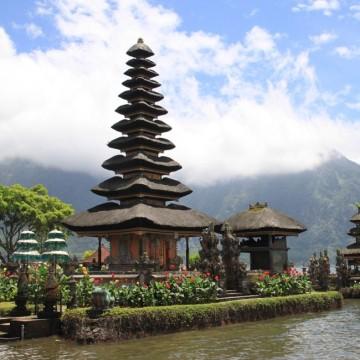 Бали отваря за туристи след повече от година