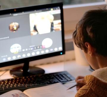 Децата прекарват 3 пъти повече време пред компютрите в пандемията