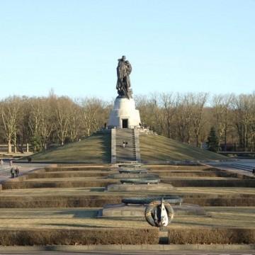 Войници и паметници