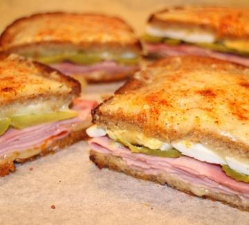 Хрупкави сандвичи с шунка и кашкавал