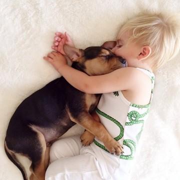 Как една майка снима спящите си деца и тяхното кученце