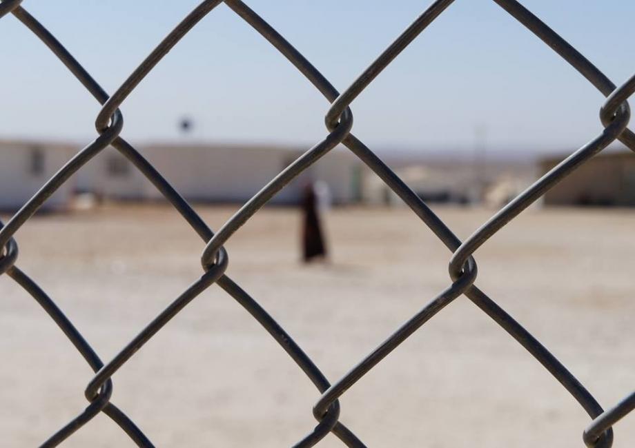 """Фотоизложба """"Един ден"""" - зад и отвъд оградата на войната"""