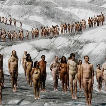 Изумителни снимки с десетки голи модели