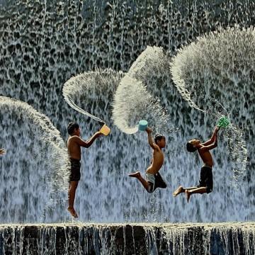 Прекрасните снимки на играещи деца от цял свят