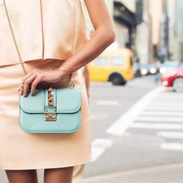 Вдъхновени от улицата: Как се носи малка чанта?