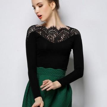 Находка на деня: Елегантна блуза с дантелено деколте