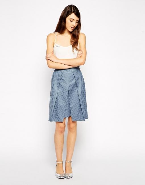 Елегантна пола с красива плоха отпред