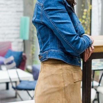 Късо дънково яке, велурена пола и удобни обувки в телесен цвят