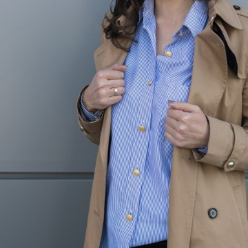 Тренч, огромна синя риза и пола молив