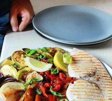 Риба меч, зеленчуци на грил и балсамов сос