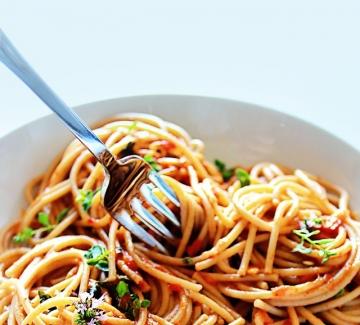 Италиански дни: Пълнозърнести спагети със сос от печени червени чушки