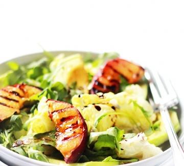 Лятна салата с праскови и авокадо