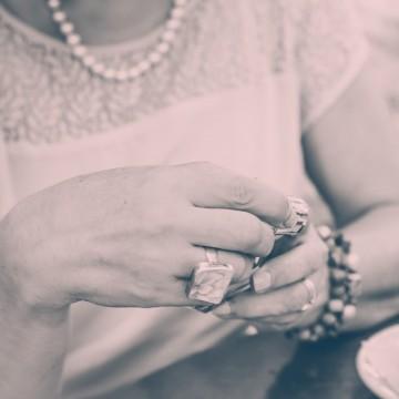Дрехата, перлите, ароматът и аз
