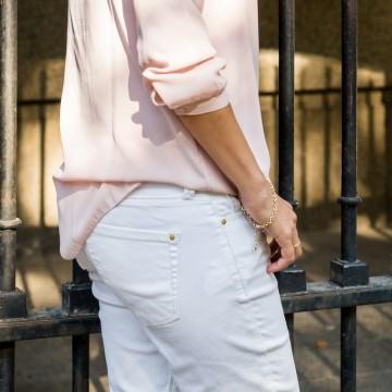 В бледорозово, бели джинси и спортни обувки