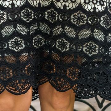 Дантелена рокля в черно-бяло и велурени балеринки