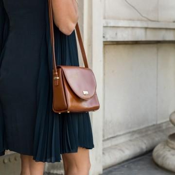 Фини плисета и елегантна ретро чанта