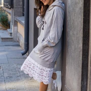 Дантелена рокля, суичър и бели спортни обувки