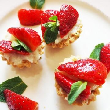 Тарталети с ягоди, ванилов крем и мента