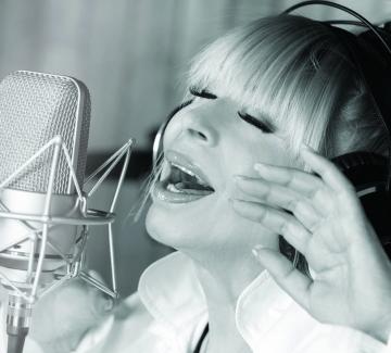 Чуйте на живо новите песни на Лили Иванова и се включете в голямата изненада