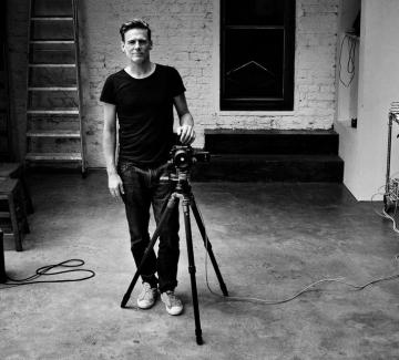 Брайън Адамс открива фотографската си изложба в София