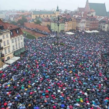 Хиляди полякини на протест срещу криминализирането на абортите