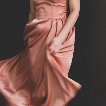 На парти със сребърни обувки и красива сатенена рокля