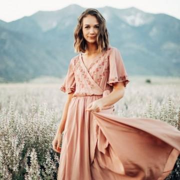 35 стайлинг идеи как да носите бледорозово това лято