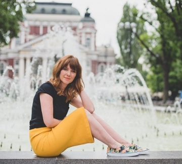 С патешко жълта рокля, тениска и гуменки с тропически принт