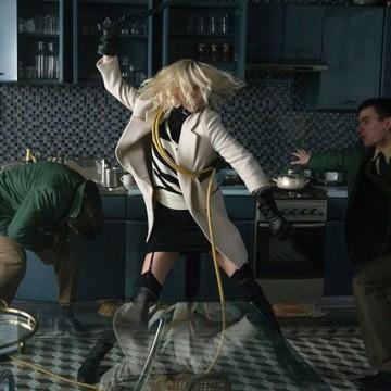 """Чарлийз Терон, убийствено облечена в """"Атомна блондинка"""""""