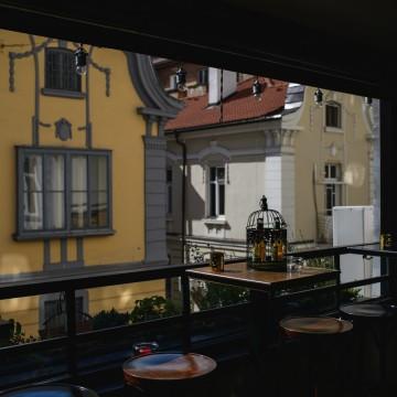 Златен септември на прелестната тераса в бар Public
