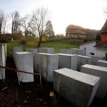Активисти издигнаха мемориал на Холокоста пред дома на крайнодесен политик
