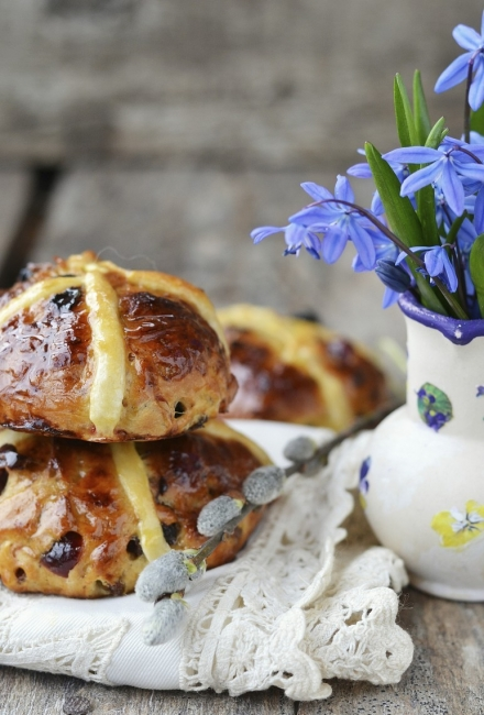 Сладки великденски хлебчета с кръст