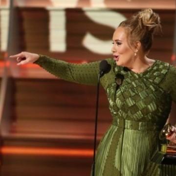 """Адел счупи наградата си """"Грами"""" на две!"""