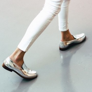 27 стайлинг идеи как да носите равни обувки с металически отблясъци