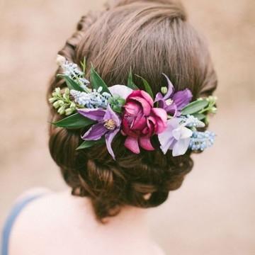 12 вдъхновяващи идеи как да носим цветя в косите