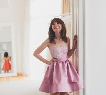На бала с малка рокля от матов сатен