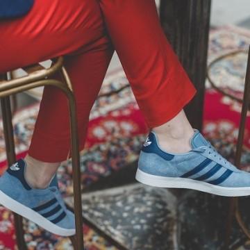 С цветен панталон, сини спортни обувки и сако
