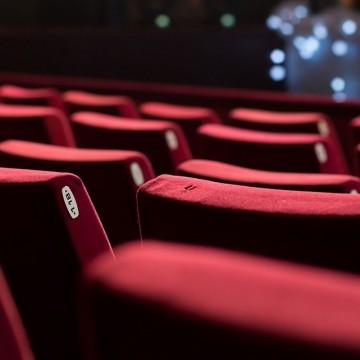 На театър сте, облечете се прилично!