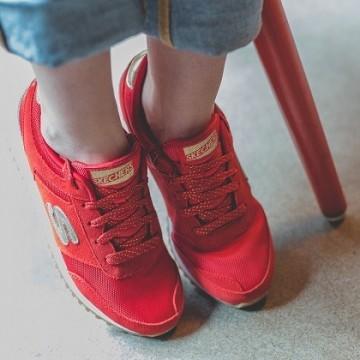 С джинсите на мама, страхотни червени маратонки и раирана тениска